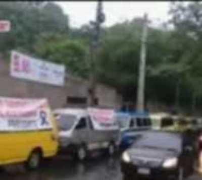 Caravana de transportistas escolares, piden asistencia del Gobierno