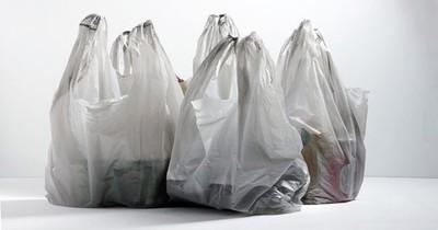 Juez ordena reemplazo de bolsas de plástico y comercios se exponen a sanciones