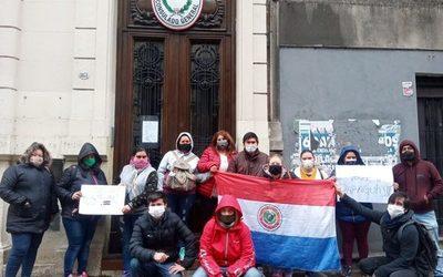 Paraguayos varados en Argentina se manifiestan frente al Consulado