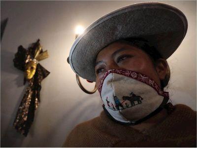 Mujeres indígenas confeccionan mascarillas sin olvidar a los animales