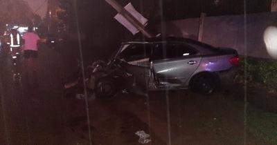 Tayazuape: un vehículo chocó contra un árbol y luego por una columna de la ANDE