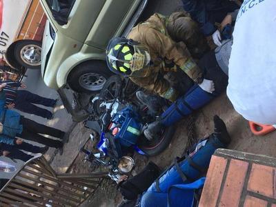 Dos motociclistas heridos en el centro de Luque • Luque Noticias