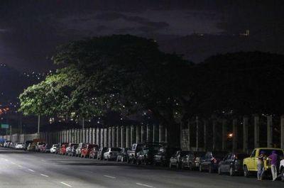Nuevo esquema de gasolina no lograr poner fin a las enormes filas en Venezuela