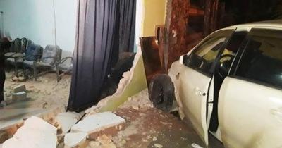 Mujer impactó con su vehículo por una vivienda