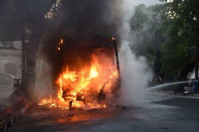 Ómnibus arde en llamas sobre la Av. Colón de Asunción