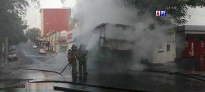 Bus arde en llamas en pleno centro de Asunción