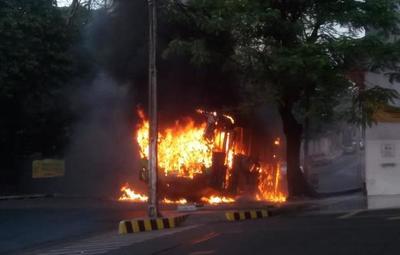 Incendio de bus de la línea 19 en pleno centro de Asunción