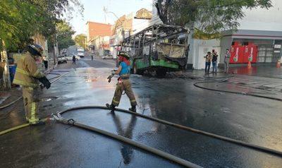 Bus de la Línea 19 es consumido por las llamas sobre Colón