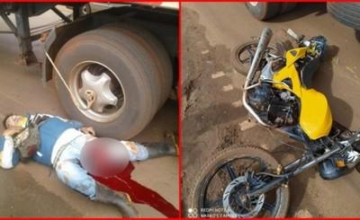 Motociclista queda con graves lesiones tras quedar bajo un camión