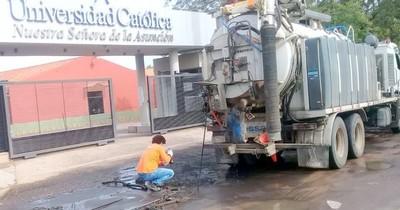 Reparan red cloacal que vertía agua negra en calle de barrio capitalino