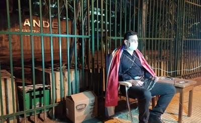 HOY / Buzarquis decidió encadenarse para protestar contra sobrefacturaciones de la ANDE