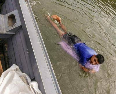 Peligrosa travesía: con una tabla de surf cruzó el río Paraná y fue detenido