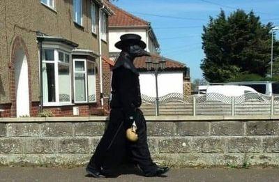 Lo busca la policía por disfrazarse como médico de la peste negra y asustar a un vecindario