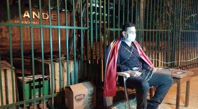 Buzarquis decidió encadenarse para protestar contra sobrefacturaciones de la ANDE