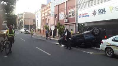 Camioneta vuelca tras colisión en Asunción · Radio Monumental 1080 AM
