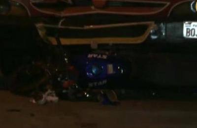 Motociclista muere atropellado por un bus