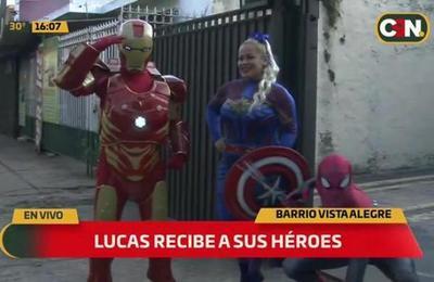 ¡El pequeño Lucas recibe a sus superhéroes favoritos!