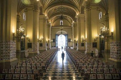 Perú: Retratos de 4.000 muertos por virus presentes en misa