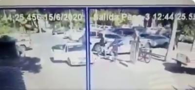 HOY / Asaltan a empleados de local gastronómico en pleno estacionamiento de un shopping
