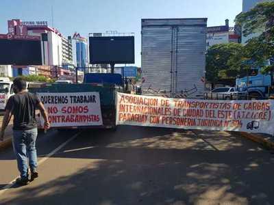Transportistas bloquean acceso a la Aduana en reclamo de trabajo