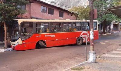Bus de la Línea 27 pierde un rueda y termina chocando
