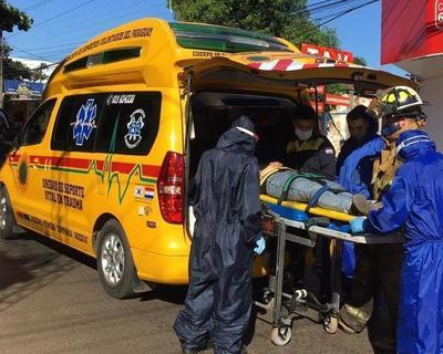 Una motociclista choca contra columna en el centro de Luque • Luque Noticias