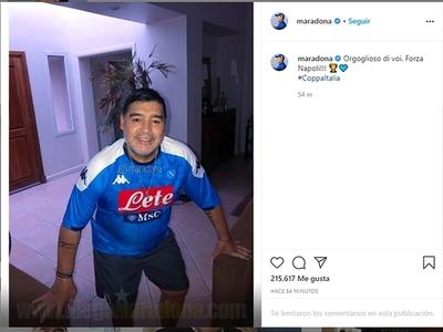 Maradona saluda al Napoli