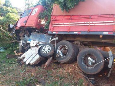 Violento accidente deja atrapado a un auto bajo un camión de gran portedeja atrapado a un auto bajo un camión de gran porte – Prensa 5