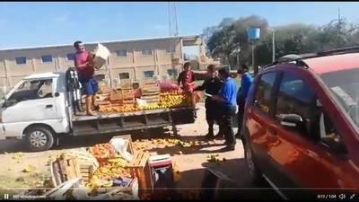 Vendedor de frutas prefirió tirar sus mercaderías a que sean confiscadas por la PMT
