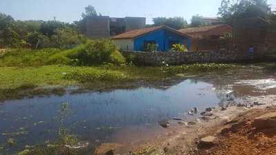 Buscan solución a vecinos que a cada tanto viven en agua y barro