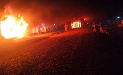 Incendio consumió un camión y varias bolsas de tela