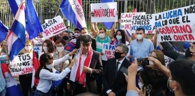 HOY / Adherentes de Efraín violan cuarentena para presionar a la justicia en causa contra el liberal