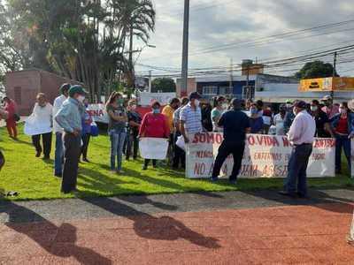 Vecinos se aglomeran frente a la Municipalidad contra la instalación de antena – Prensa 5