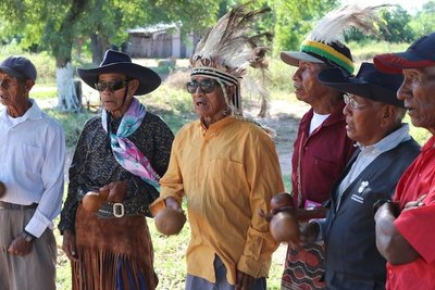 Cacique indígena espanta el virus con cantos