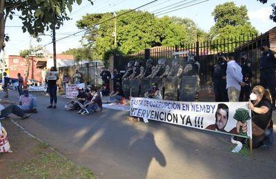 Abuchean al intendente de Ñemby por  presunto desvío de G. 4.000 millone
