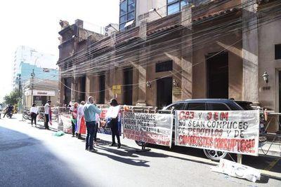Molesta con manifestantes, ministra Bareiro pide que Fiscalía intervenga frente al JEM