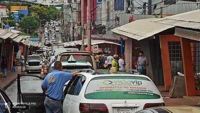 Transito SEMIPARALIZADO en el Puente de la Amistad por control de MILITARES brasileños