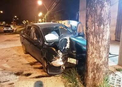 Conductora evitó choque frontal y terminó contra un árbol, en Luque • Luque Noticias