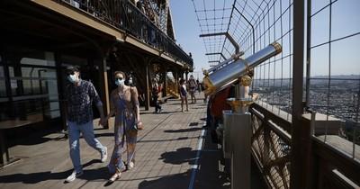La Torre Eiffel vuelve a recibir público tras un cierre de tres meses