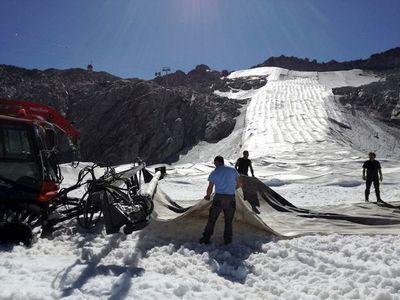 El glaciar Presena se cubre con lonas para sobrevivir al cambio climático