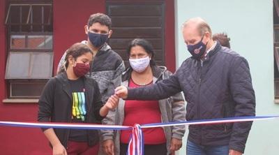 Gobierno entregó viviendas a familias de escasos recursos de Areguá y Capiatá.