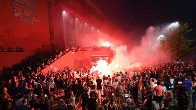 Liverpool repudia el acto de sus hinchas, que se agolparon frente al estadio para festejar el titulo