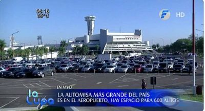 Celebran automisa en el estacionamiento del aeropuerto