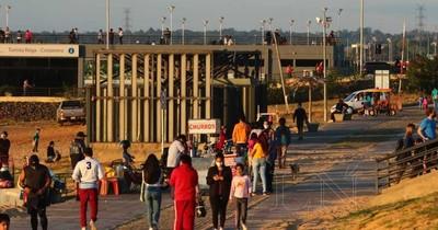 Costanera de Asunción se llenó de visitantes este domingo, mientras los casos sin nexo aumentan
