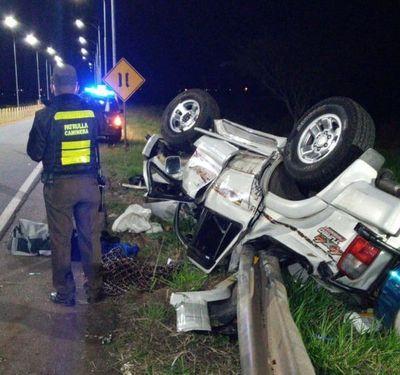Dos heridos tras vuelco de camioneta en Carapeguá