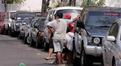 HOY / Cuidacoches advierten que cerrarán calles si no reciben kits de alimentos