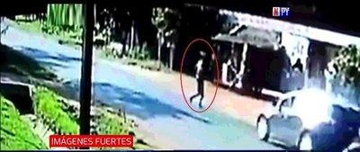 Imágenes fuertes: Peatón fallece al ser atropellado por un auto