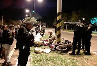 Imprudencia de un conductor casi le cuesta la vida a una motociclista en Luque • Luque Noticias
