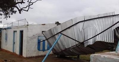 Temporal destruyó tinglado del club 8 de Diciembre