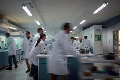 Pfizer y BioNTech anuncian un ensayo positivo en humanos con su vacuna contra el COVID-19